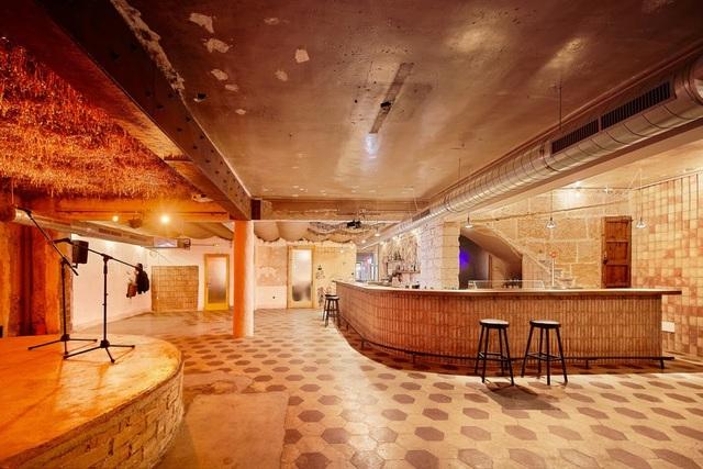 Quán cà phê phong cách đổ nát với trần nhà loang lổ và tường tróc sơn - 4
