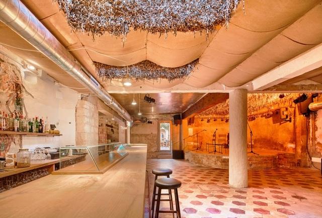 Quán cà phê phong cách đổ nát với trần nhà loang lổ và tường tróc sơn - 5