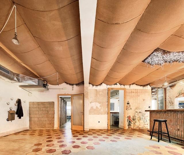 Quán cà phê phong cách đổ nát với trần nhà loang lổ và tường tróc sơn - 6