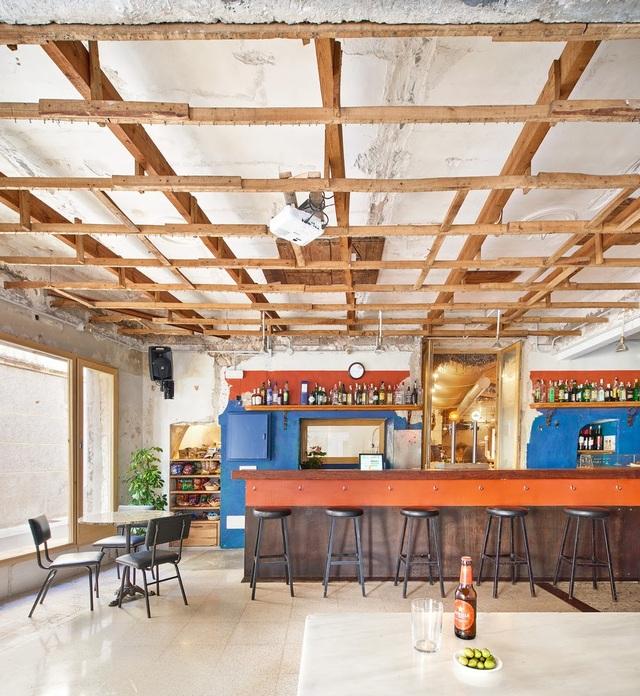 Quán cà phê phong cách đổ nát với trần nhà loang lổ và tường tróc sơn - 7