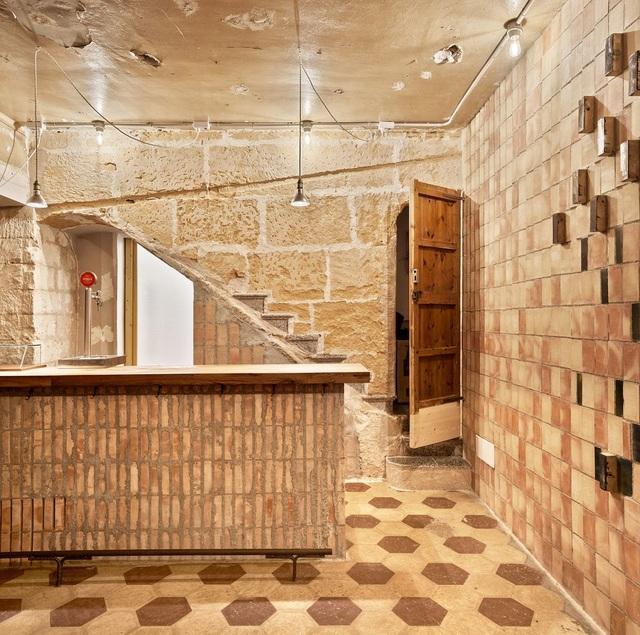 Quán cà phê phong cách đổ nát với trần nhà loang lổ và tường tróc sơn - 8