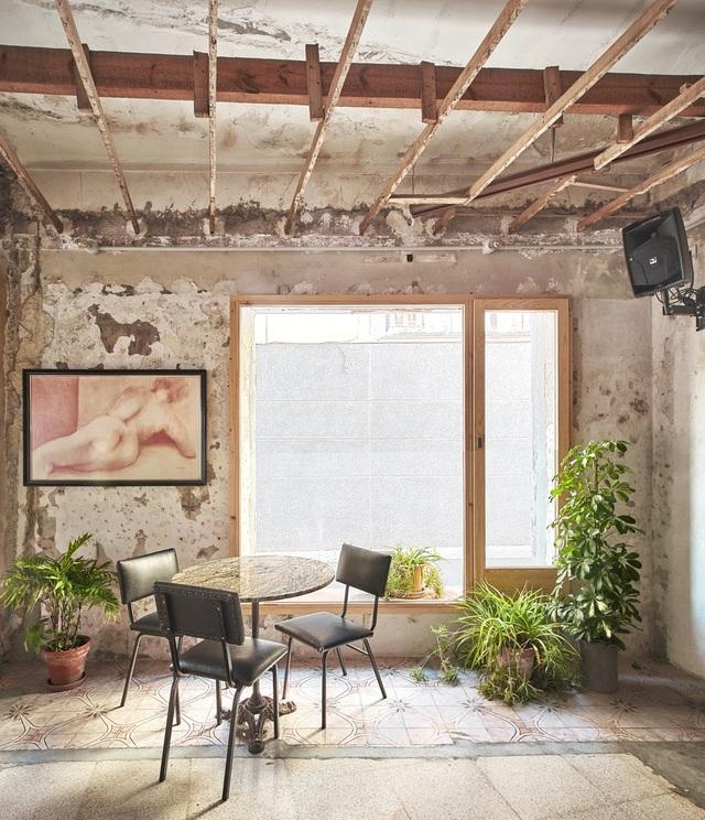 Quán cà phê phong cách đổ nát với trần nhà loang lổ và tường tróc sơn - 9