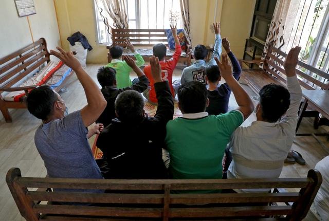 Hành trình đào tẩu sinh tử của hàng trăm cảnh sát Myanmar kháng quân lệnh - 2