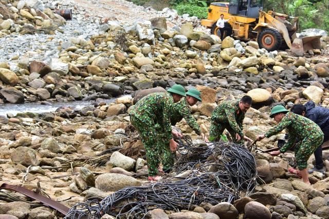 Tìm thấy ví tiền, quần áo, xe máy của các nạn nhân mất tích ở Rào Trăng - 1