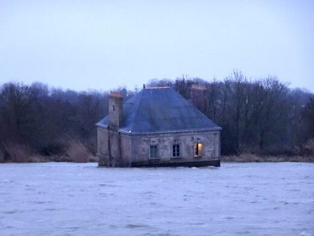 Sự thật đằng sau ngôi nhà kỳ quái nửa chìm, nửa nổi giữa dòng sông - 4