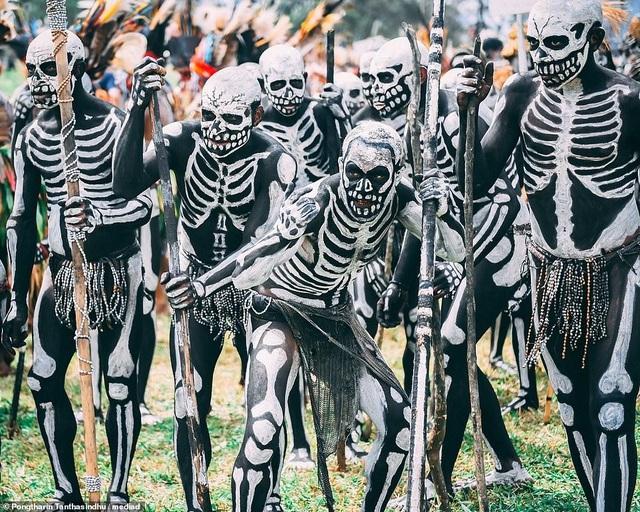 Bộ tộc kỳ quái với những bộ xương di động, sống biệt lập giữa núi rừng - 1