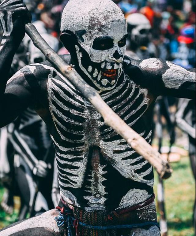 Bộ tộc kỳ quái với những bộ xương di động, sống biệt lập giữa núi rừng - 2