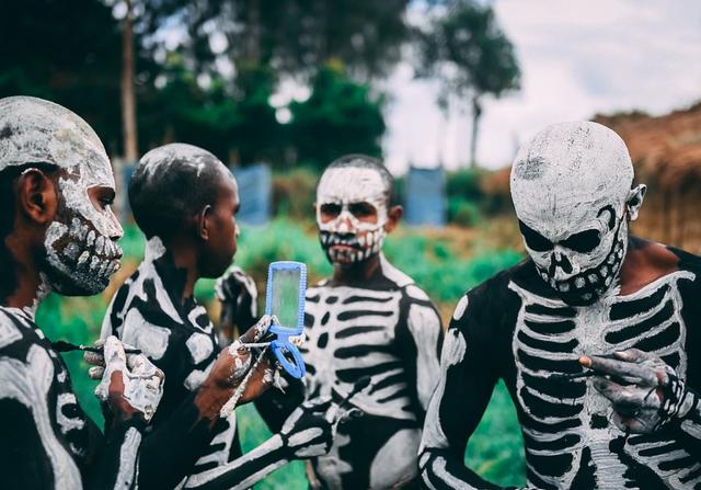 Bộ tộc kỳ quái với những bộ xương di động, sống biệt lập giữa núi rừng - 3