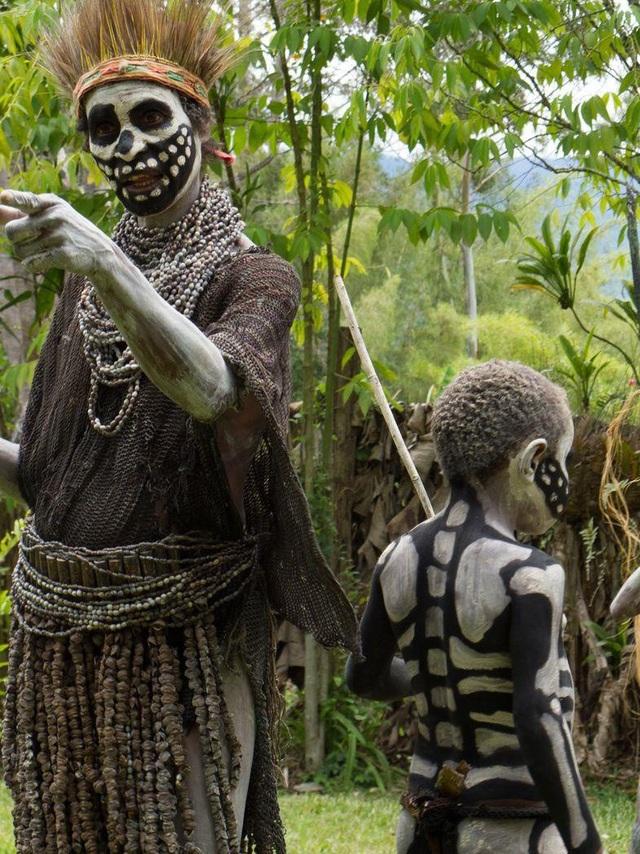 Bộ tộc kỳ quái với những bộ xương di động, sống biệt lập giữa núi rừng - 4