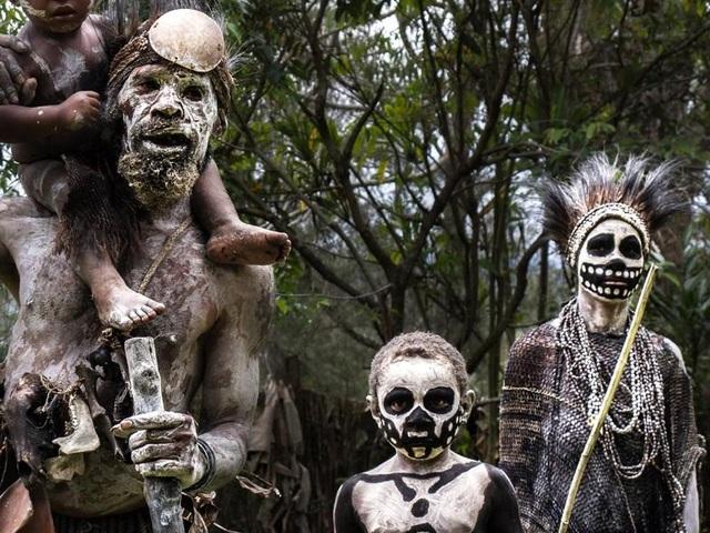 Bộ tộc kỳ quái với những bộ xương di động, sống biệt lập giữa núi rừng - 5