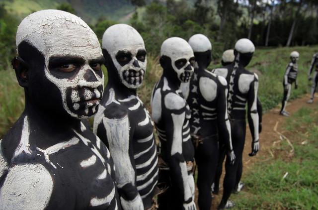 Bộ tộc kỳ quái với những bộ xương di động, sống biệt lập giữa núi rừng - 7
