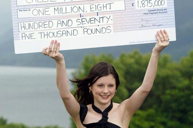 16 tuổi trúng số 1,8 triệu bảng Anh, gần 20 năm sau sống bằng trợ cấp - 1