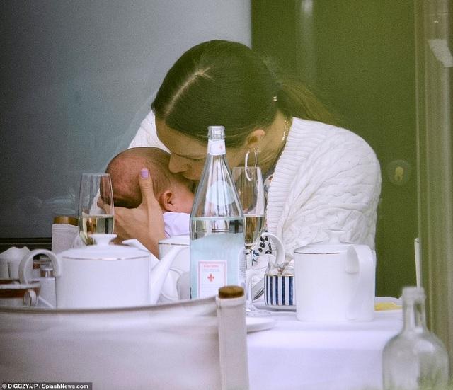 Katharine McPhee bế con mới sinh ra phố cùng chồng hơn 34 tuổi - 2