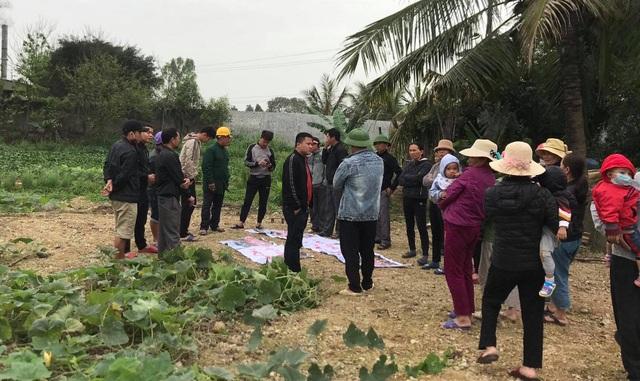 Bà con nhân dân xóm 5, xã Quỳnh Mỹ, huyện Quỳnh Lưu tập trung phản đối nhà máy sản xuất phân bón Phú Sinh gây ô nhiễm môi trường.
