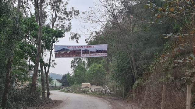 Ngay trên con đường liên thôn, bà con nhân dân xóm 5, xã Quỳnh Mỹ, huyện Quỳnh Lưu treo băng rôn phản đối nhà máy sản xuất phân bón gây ô nhiễm môi trường.