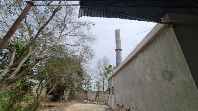 Dân treo băng rôn yêu cầu di dời nhà máy phân bón gây ô nhiễm - 2