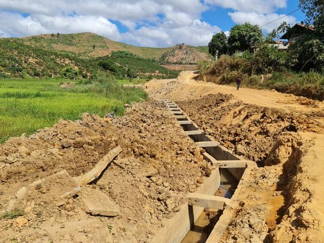Lạ lùng kênh dẫn nước 90 tỷ độn thổ ở xã nghèo nhất tỉnh Đắk Nông - 1