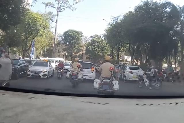 Cảnh sát giao thông mở đường, hú còi đưa thai phụ đến viện sinh con - 1