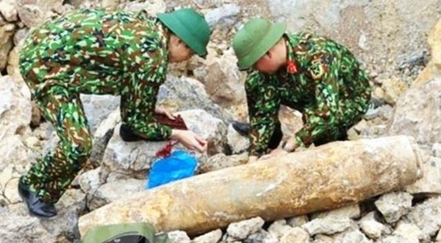 Khai thác đá, phát hiện quả bom nặng hơn 1 tạ còn nguyên kíp nổ - 1