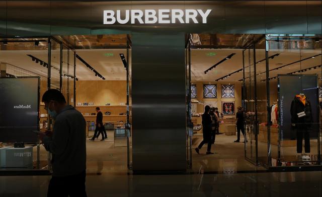 Thương hiệu xa xỉ Burberry bị tẩy chay ở Trung Quốc - 1