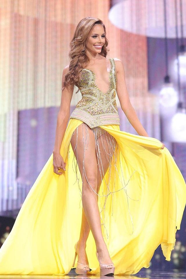 Ngọc Thảo trình diễn tại bán kết Hoa hậu hòa bình thế giới 2021 - 11