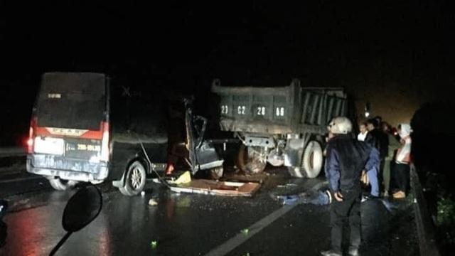 Xe Limousine húc trúng xe tải hỏng giữa đường, 3 người tử nạn - 1