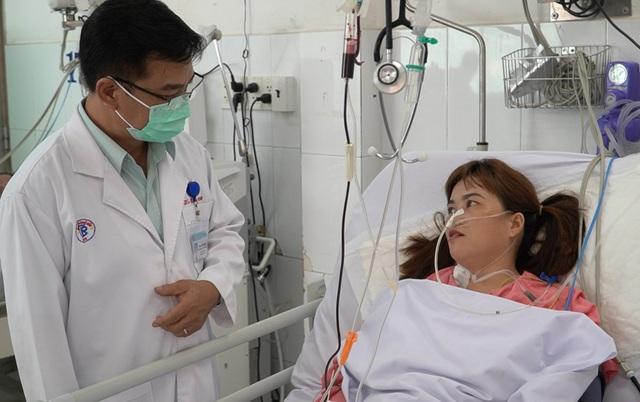Bị rắn hổ chúa cắn vào lưng, nữ bệnh nhân thập tử nhất sinh - 1