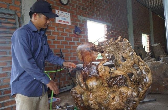 Chàng trai 9X nhà nghèo, mở xưởng gỗ mỹ nghệ tạo việc làm cho thanh niên - 4