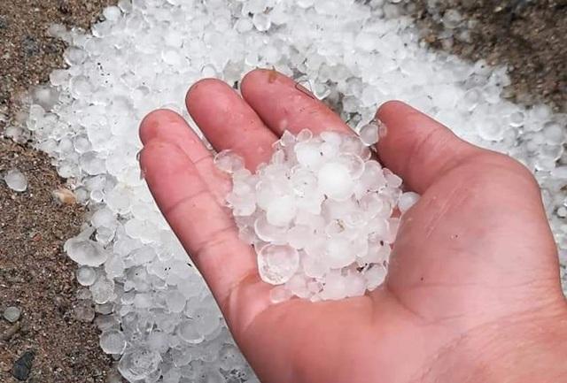 Người dân đã kịp nhặt những viên đá rơi trong cơn mưa.