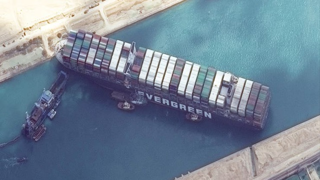 Mỹ sẽ điều chuyên gia quân đội giải cứu siêu tàu hàng bít kênh đào Suez - 1