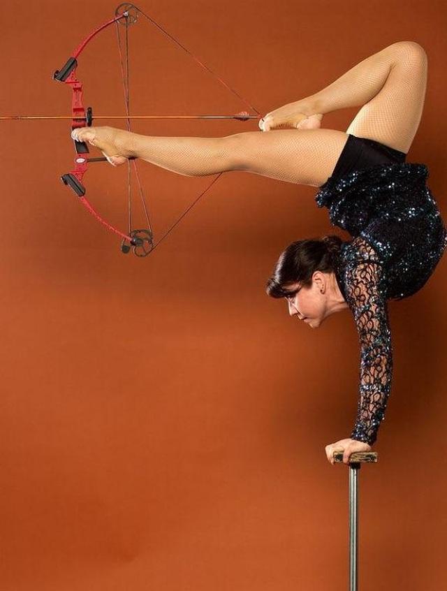 Dùng chân bắn cung tên, nữ nghệ sĩ lập kỷ lục thế giới - 1