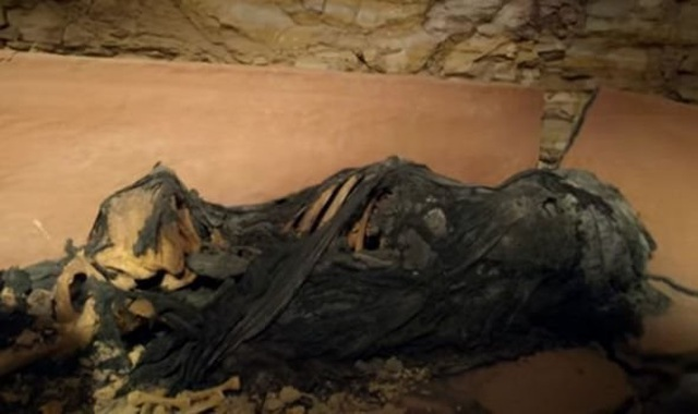 Phát hiện quan tài đất nung trong vách đá, mở ra kinh hoàng thấy xác ướp kỳ lạ bên trong - 2