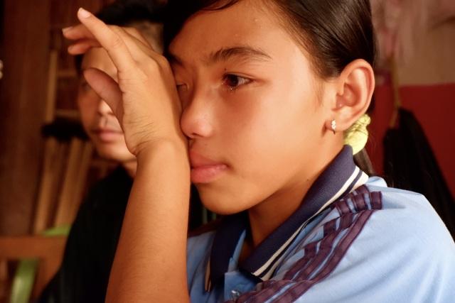 Nữ sinh lớp 8 nghẹn ngào chỉ mong kiếm tiền cứu đôi chân liệt của cha