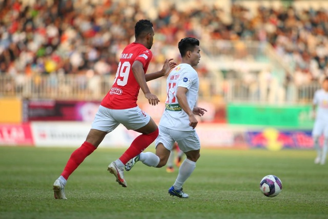 HA Gia Lai 3-0 TPHCM: Lee Nguyễn mờ nhạt, Công Phượng tiếp tục rực rỡ - 14
