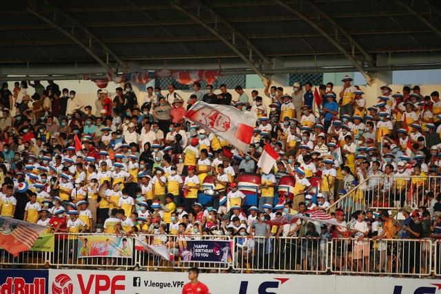 HA Gia Lai 3-0 TPHCM: Lee Nguyễn mờ nhạt, Công Phượng tiếp tục rực rỡ - 16