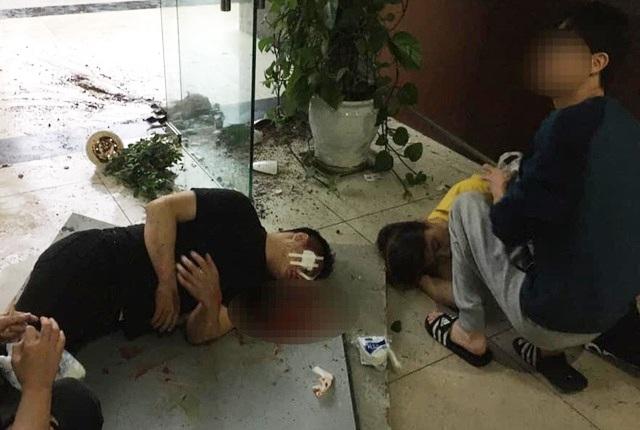 Đang ngồi làm việc, giám đốc và nhân viên rơi từ tầng 2 xuống sảnh chung cư - 1
