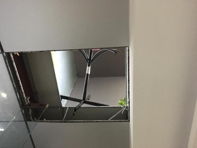 Đang ngồi làm việc, giám đốc và nhân viên rơi từ tầng 2 xuống sảnh chung cư - 2