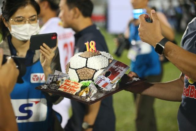 Ngôi sao của HA Gia Lai được thưởng nguyên... chiếc bánh kem - 1
