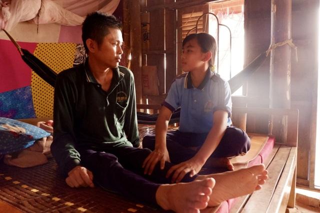 Nữ sinh lớp 8 nghẹn ngào chỉ mong kiếm tiền cứu đôi chân liệt của cha - 6