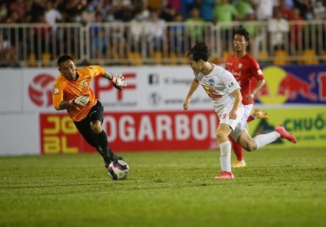 HA Gia Lai 3-0 TPHCM: Lee Nguyễn mờ nhạt, Công Phượng tiếp tục rực rỡ - 6