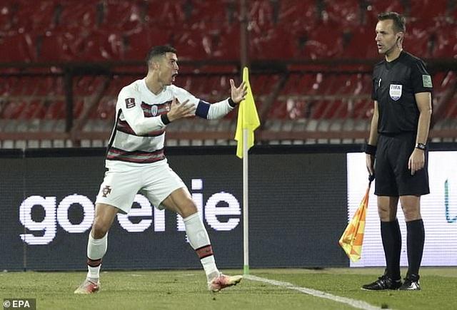 C.Ronaldo tức giận với trọng tài vì bị cướp bàn thắng - 4