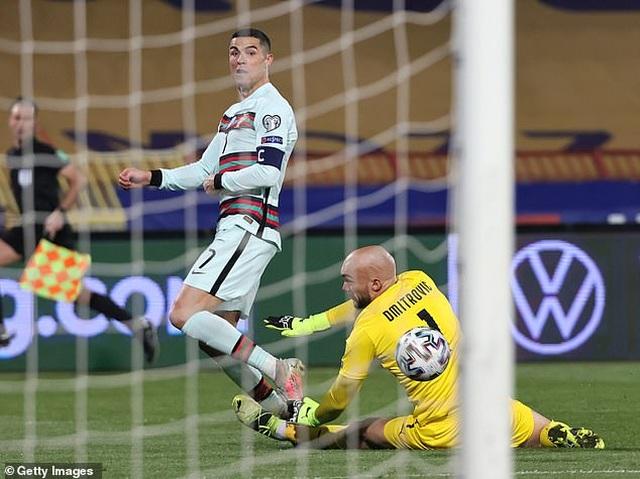 C.Ronaldo tức giận với trọng tài vì bị cướp bàn thắng - 1