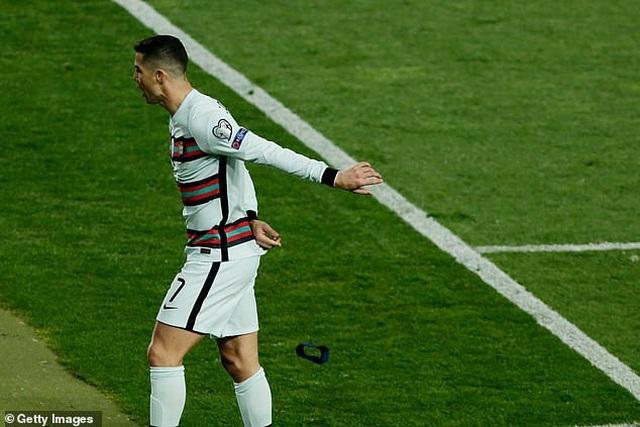 C.Ronaldo nói gì sau hành động nổi điên, ném băng đội trưởng? - 2