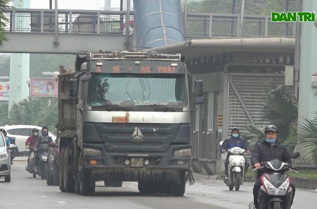 Hà Nội: Hãi hùng cảnh hổ vồ bất chấp pháp luật nghênh ngang giữa phố - 1