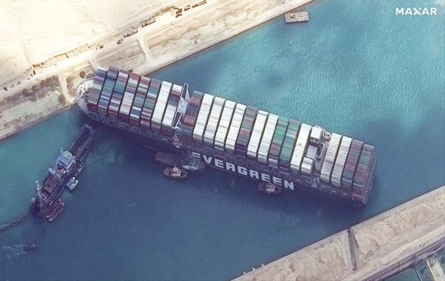 Siêu tàu lại mắc kẹt ở kênh đào Suez sau sự cố gây thiệt hại 1 tỷ USD - 1