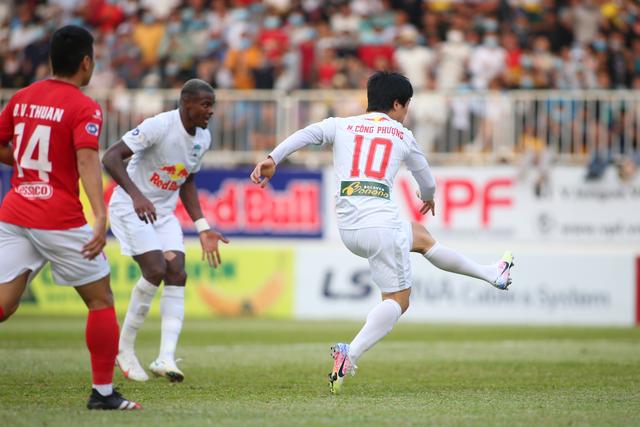 HA Gia Lai 3-0 TPHCM: Lee Nguyễn mờ nhạt, Công Phượng tiếp tục rực rỡ - 12