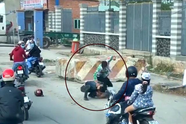 Một thanh niên bị kẹp cổ, đấm đá túi bụi sau va chạm giao thông - 1