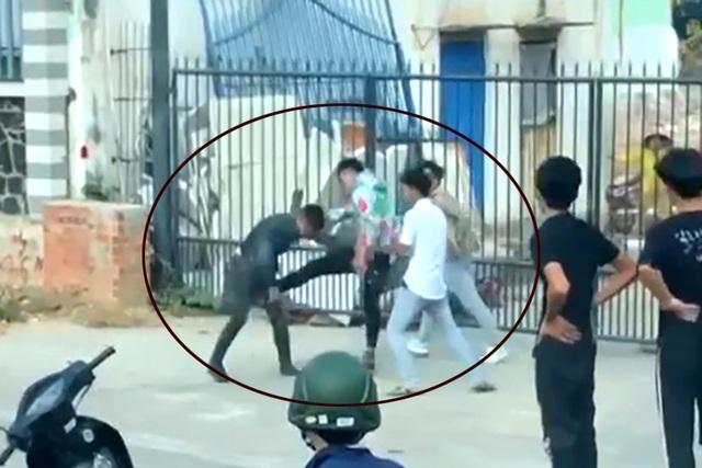 Một thanh niên bị kẹp cổ, đấm đá túi bụi sau va chạm giao thông - 2