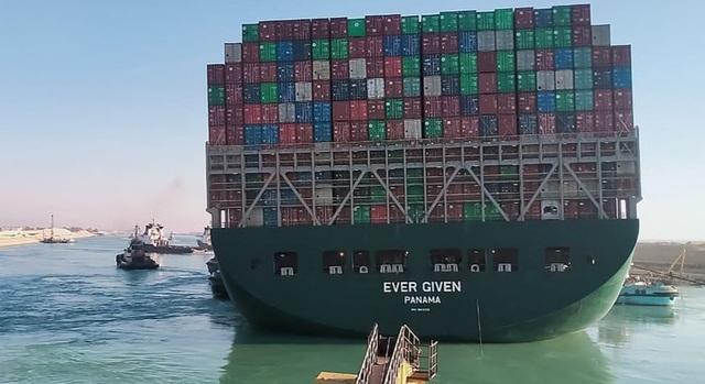 Tàu hàng chặn kênh đào Suez đã dịch chuyển 80% nhưng chưa nổi lại hoàn toàn - 1