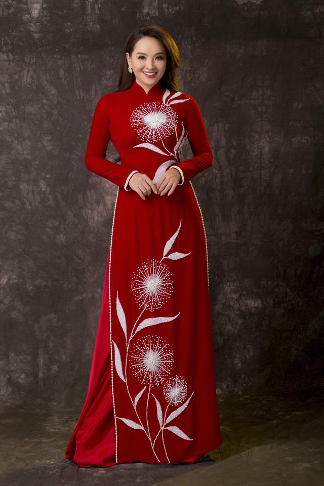 Nghệ sĩ Hoài An thanh lịch với áo dài
